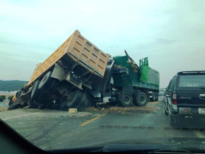 Chiêm bao thấy 2 chiếc xe tải đâm vào nhau
