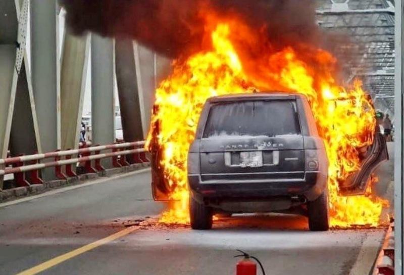 Mộng thấy đi cùng người yêu gặp chiếc xe hơi bốc cháy