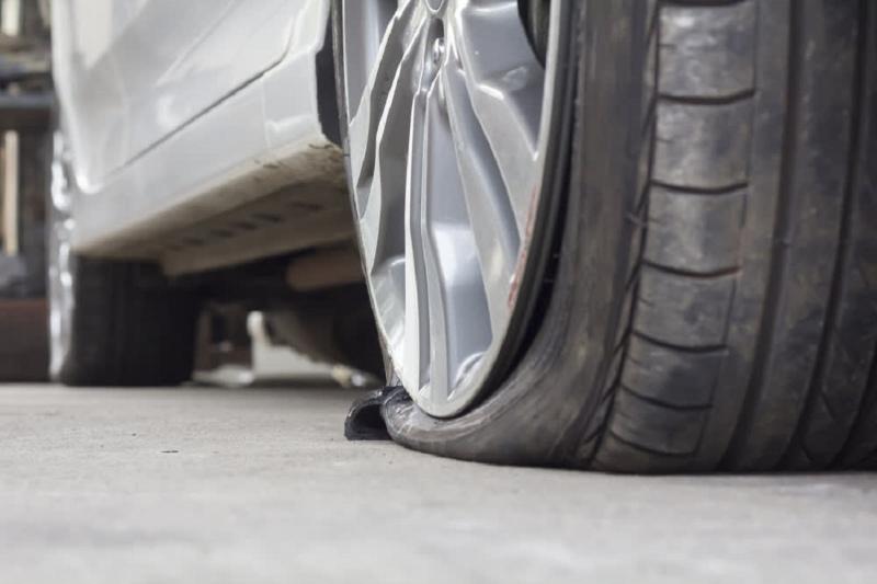 Điềm báo không may mắn khi bạn mơ thấy xe bị thủng lốp.